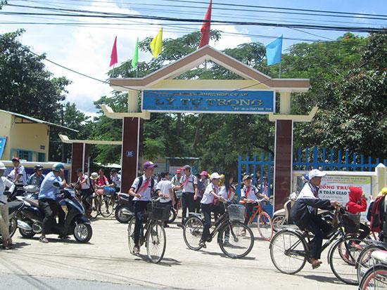 Trường THCS Lý Tự Trọng, thị trấn Tiên Kỳ được chọn là một trong ba trường xây dựng trường trọng điểm chất lượng của huyện Tiên Phước.