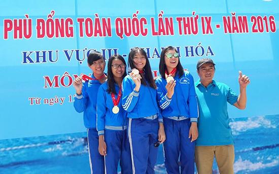 Thảo Nguyên (đứng giữa) cùng các bạn và thầy giáo chụp hình lưu niệm khi giành HCV tại Hội khỏe Phù Đổng toàn quốc lần thứ IX năm 2016. (Ảnh do nhân vật cung cấp)