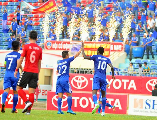 Niềm vui của các cầu thủ QNK Quảng Nam sau khi cán đích tốp 5 mùa giải năm nay