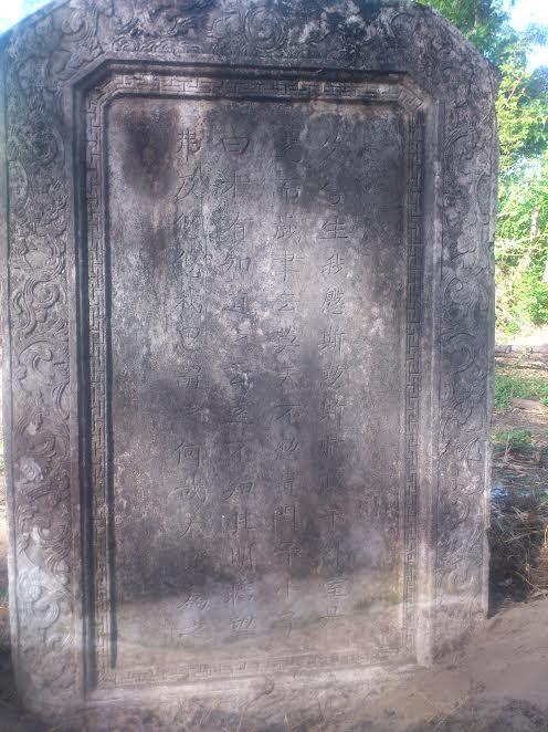 văn bia trên mộ Nguyễn Duy Kế. Ảnh: NGUYỄN THỊ MAI