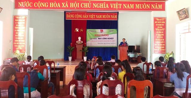 Lớp nghề may công nghiệp cho nữ thanh niên nghèo tại Đông Giang. MỸ LINH