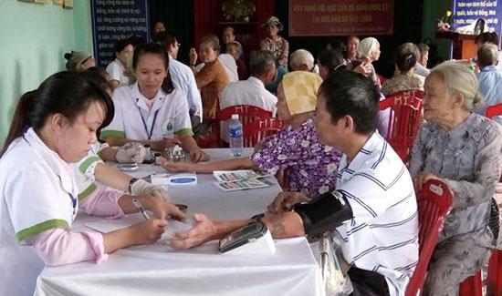 Nhân viên y tế kiểm soát đường huyết và tư vấn về bệnh đái tháo đường cho người cao tuổi ở thôn Bàu Tròn, xã Đại An. ẢNH: C.NỮ