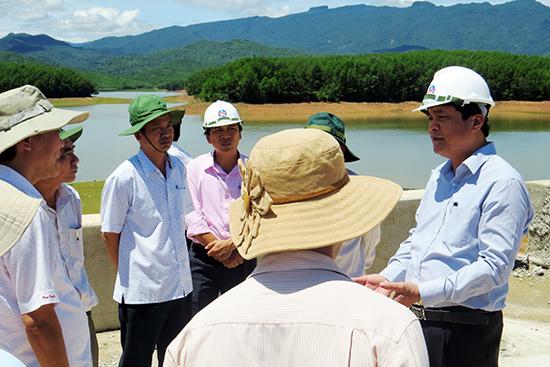 Phó Bí thư Thường trực Tỉnh ủy Phan Việt Cường kiểm tra tại đập Khe Tân đầu tháng 9.2016.  Ảnh: HOÀNG LIÊN