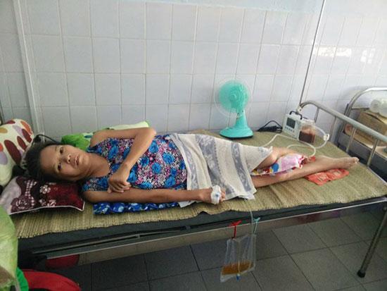 Cô Lê ở Bệnh viện Đa khoa tỉnh. Ảnh: D.TRUNG
