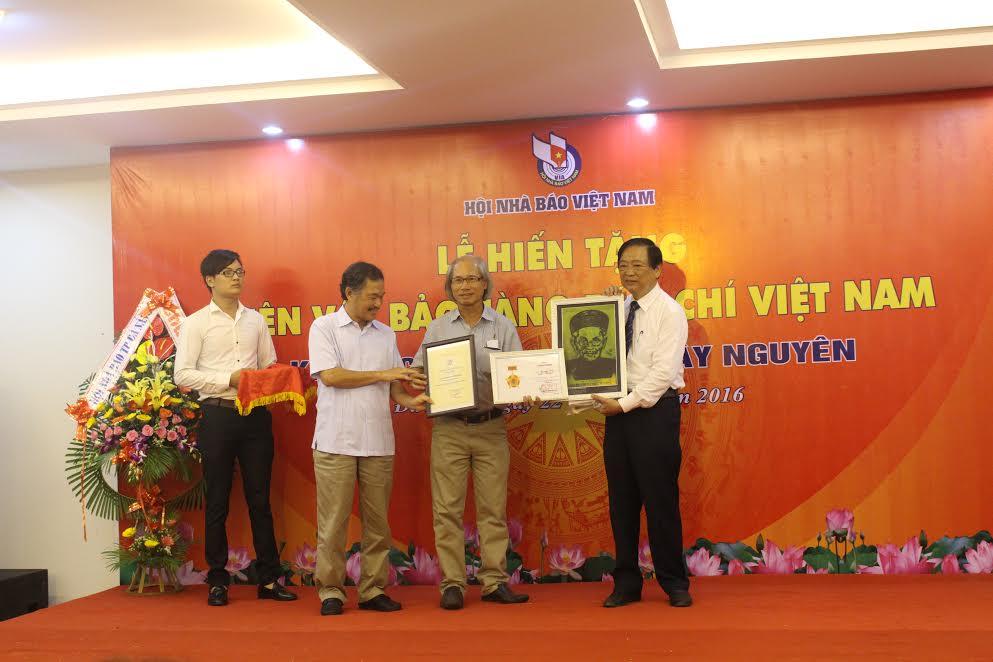 Đồng chí Huỳnh Trương Phát, Hội Nhà báo Quảng Nam hiến tặng kỷ vật cho Bảo tàng