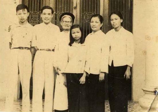 Bà Nguyễn Thị Đào cùng gia đình con trai Tạ Quang Đệ.