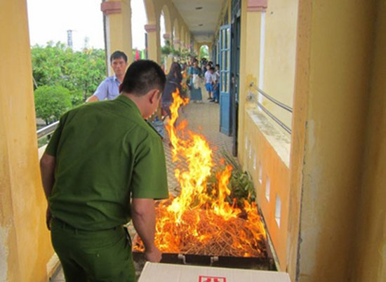 Diễn tập PCCC ở Trường Tiểu học Trần Quốc Toản, Tam Kỳ. Ảnh: C.NỮ