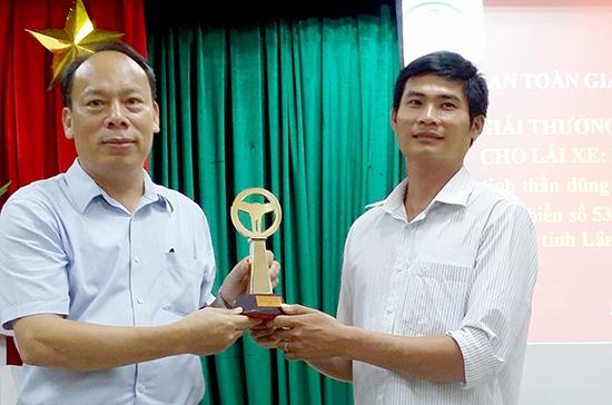 Tài xế xe tải Phan Văn Bắc (bên phải) nhận giải thưởng vô lăng vàng sau sự cố trên đèo Bảo Lộc. ảnh: GIA BÌNH