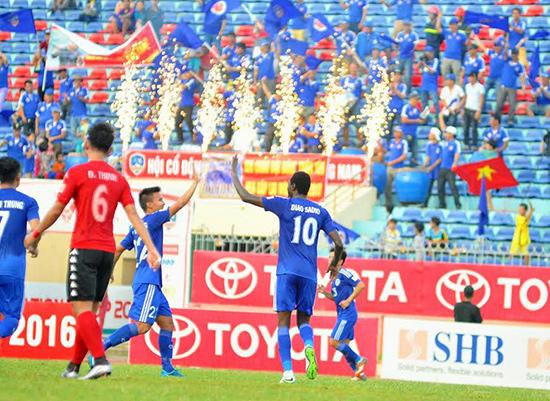 Hội cổ động viên chia vui với đội bóng QNK Quảng Nam sau khi về đích vị trí thứ 5.
