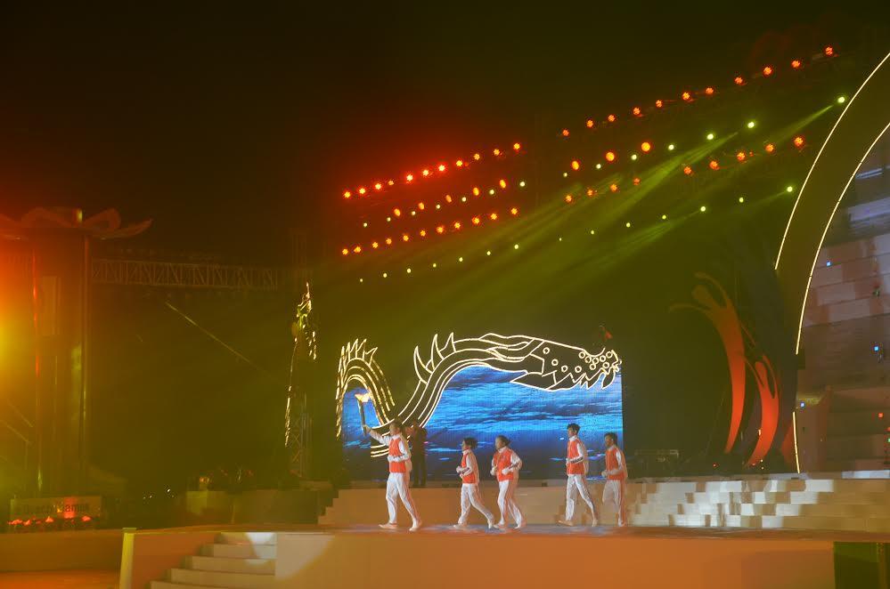 Xạ thủ Hoàng Xuân Vinh vinh dự là người dẫn đầu châm đài đuốc thắp sáng ABG5 – Đà Nẵng 2016