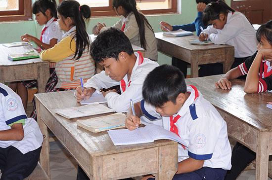 Nhiều học sinh ở Trường PTDTBT Trà Leng không có sách hoặc phải học sách rách bìa. Ảnh: Q.TUẤN