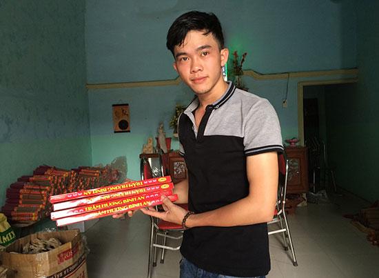 Anh Lê Ngọc Long thành công với mô hình sản xuất hương trầm.