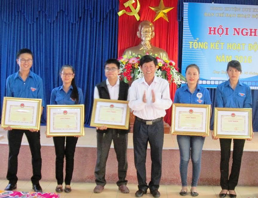 Lãnh đạo huyện Duy Xuyên tặng giấy khen cho các tập thể, cá nhân xuất sắc trong hoạt động hè 2016. Ảnh: HOÀI NHI