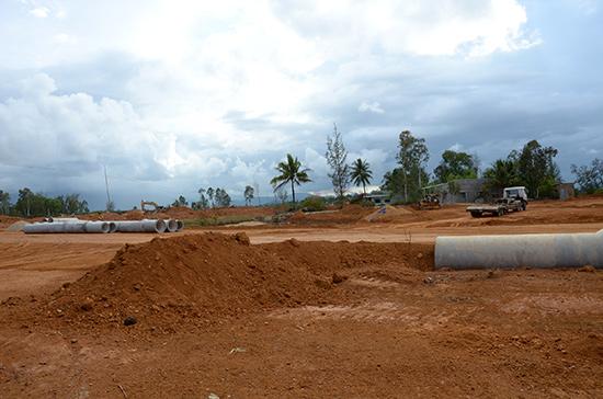 Nhiều dự án triển khai chậm do vướng thu hồi đất. TRONG ẢNH: Khu tái định cư xã Tam Quang (Núi Thành) đang thi công.Ảnh: HỮU PHÚC