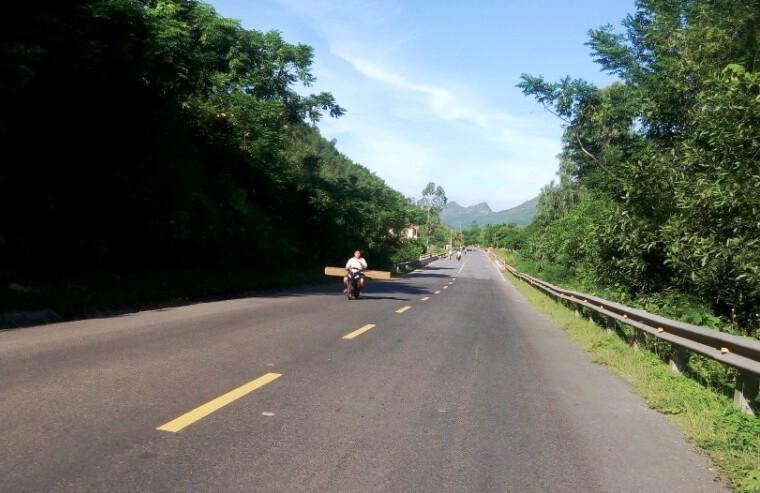 Tình trạng xe máy chở gỗ trái phép chạy theo tuyến đường Nam Giang - Đại Lộc vẫn diễn ra phức tạp. Ảnh:T.C