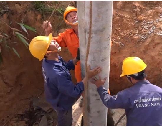 Một nhóm công nhân đang khẩn trương thực hiện công việc. Ảnh: H.P