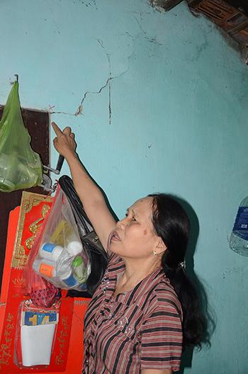 Nhà bà Thanh bị nứt tường nhưng đến nay nhà thầu vẫn chưa chịu chi trả bồi thường.