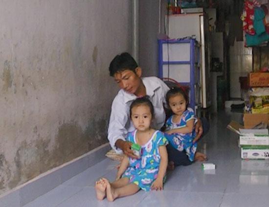 Anh Quang và hai con gái nhỏ trong căn nhà tạm bợ. Ảnh: N.O