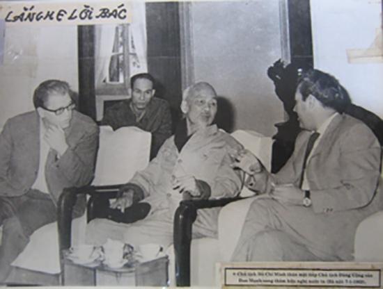 Nhà báo Đinh Chương ngồi sau Bác trong dịp Bác tiếp Đoàn đại biểu Đảng cộng sản Đan Mạch.