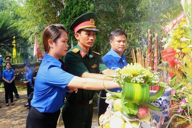 Tuổi trẻ thành kính thắp nén hương thơm trên mộ Cụ Huỳnh . Ảnh: L.Đ