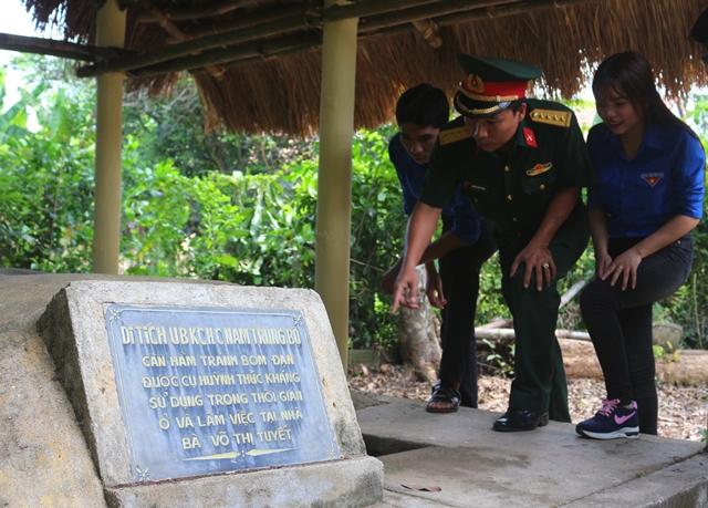 Các bạn trẻ thăm quan căn hầm mà cụ Huỳnh đã từng sử dụng tại Khu di tích Ủy ban Kháng chiến Hành chính Nam Trung Bộ Ảnh: L.Đ