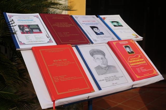 Một số bài dự thi tìm hiểu Cuộc đời, thân thế, sự nghiệp Cụ Huỳnh Thúc Kháng được trưng bày tại Nhà Lưu niệm ở Tiên Phước... Ảnh: L.Đ