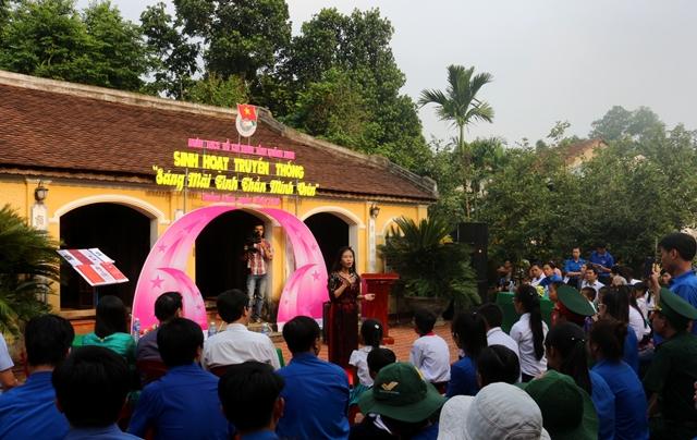 Tại Nhà Lưu niệm Cụ Huỳnh Thúc Kháng các bạn trẻ được nghe thuyết minh viên nói về những câu chuyện xoay quanh cuộc đời Quyền Chủ tịch nước Huỳnh Thúc Kháng. Ảnh: L.Đ