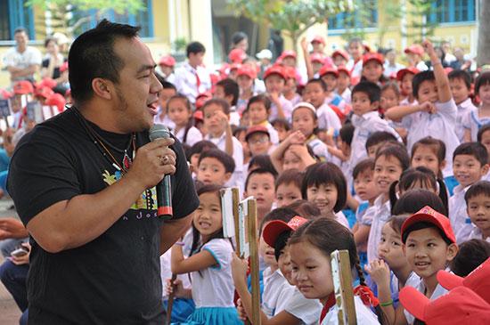 Một buổi giao lưu giữa học sinh Trường Tiểu học Trần Quốc Toản với diễn viên Hiếu Hiền trong một chương trình trao học bổng.