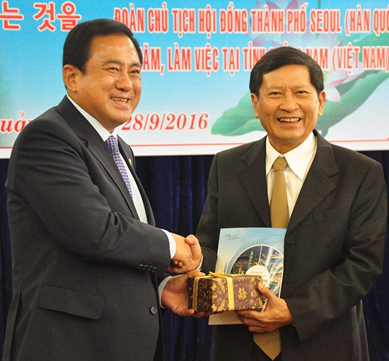 Mr. Yang Jun Yook (left) and Mr. Nguyen Hoang Minh (Photo: Nguyen Doan)