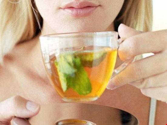 Trà nóng có thể hỗ trợ tăng cường sức khỏe khi bị cảm, cúm. Hình minh họa.