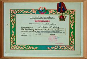 Bác Phạm Sĩ Bảng và Bằng khen của Đảng, Nhà nước Lào trao tặng vì đã có công lớn trong việc giúp đỡ công cuộc cách mạng Lào giành thắng lợi hoàn toàn. Ảnh: BẢO TRÂN