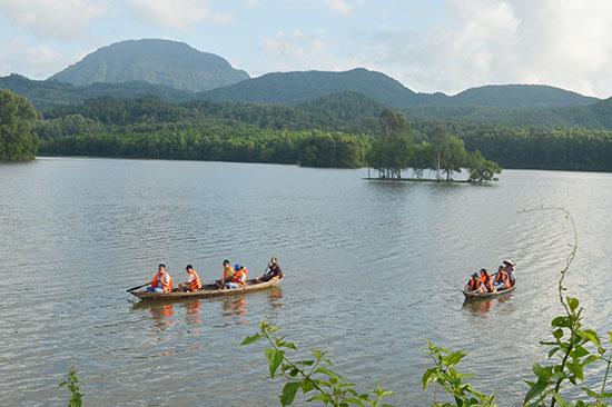 Du lịch cộng đồng tại hồ Thạch Bàn (Duy Xuyên) tự xoay xở tìm khách. Ảnh: VĨNH LỘC