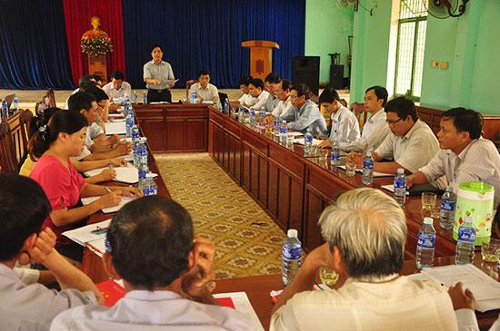 Trưởng ban Tổ chức Tỉnh ủy Lê Văn Dũng làm việc với Đảng ủy xã Tam Nghĩa (Núi Thành) về công tác xây dựng Đảng của địa phương. Ảnh: NG.ĐOAN