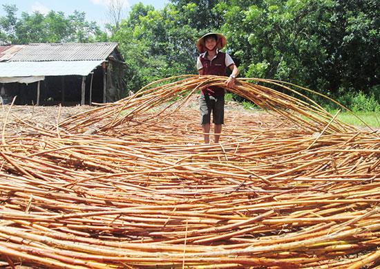 Những năm qua, HTX Duy Sơn 2 có nguồn thu khá từ việc liên kết gia công các mặt hàng mây tre đan bán thành phẩm. Ảnh: HOÀI NHI