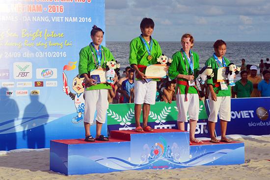 VĐV Văn Ngọc Tú (ngoài cùng bên trái) chỉ giành HCB Judo.