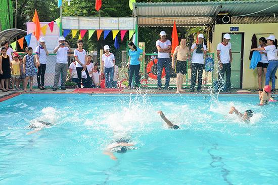 Học sinh Trường THCS Lý Tự Trọng (Tam Kỳ) tập bơi tại hồ bơi tư nhân Hoa Sứ do một thầy giáo của trường đầu tư xây dựng.