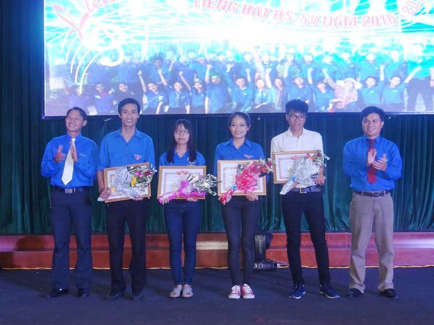 Ban chỉ đạo chiến dịch Thanh niên tình nguyện hè trường ĐHQN trao giấy khen cho các cá nhân có thành tích xuất sắc trong quá trình tham gia.