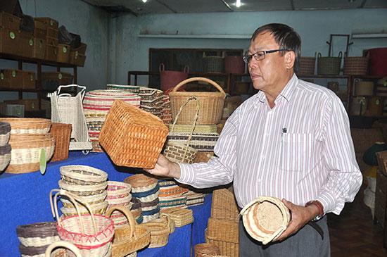 Ông Nguyễn Trường Thiên giới thiệu những sản phẩm của xí nghiệp. Ảnh: V.ANH