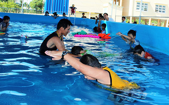 Không khí nhộn nhịp tại bể bơi của Trường THCS Phan Châu Trinh thuộc xã Duy Châu.Ảnh: B.P