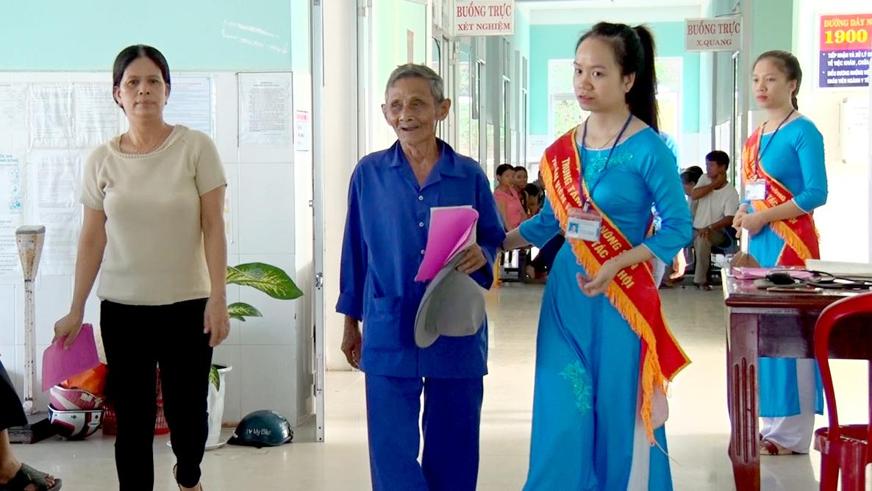 Đội công tác xã hội của trung tâm hướng dẫn bệnh nhân thực hiện các thủ tục. Ảnh: THÔNG VINH