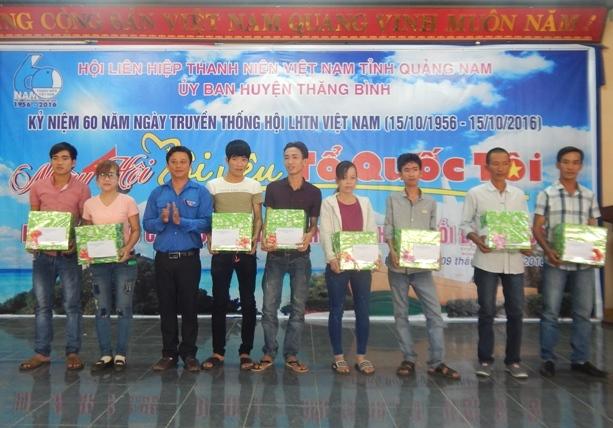 Hội LHTN Việt Nam huyện Thăng Bình tặng quà cho thanh niên công nhân có hoàn cảnh khó khăn Ảnh: MỸ LINH
