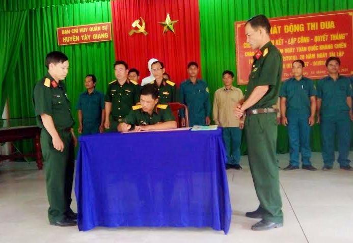 Lãnh đạo, chỉ huy đơn vị chứng kiến và ký công nhận giao ước thi đua.