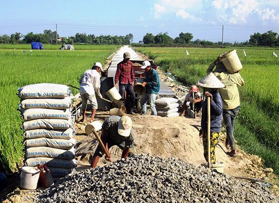 Những năm qua, việc đầu tư xây dựng hạ tầng nông thôn luôn được các địa phương chú trọng.