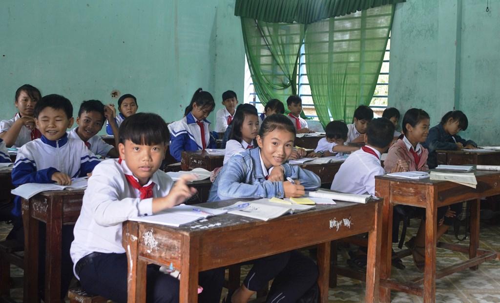 Thầy Trương Văn Dưỡng - Hiệu trưởng Trường THCS Phan Đình Phùng mong rằng đầu năm học tới thầy, trò của trường sẽ được dạy và học trong những căn phòng mới mà không phải lo âu. Ảnh: XUÂN KHÁNH