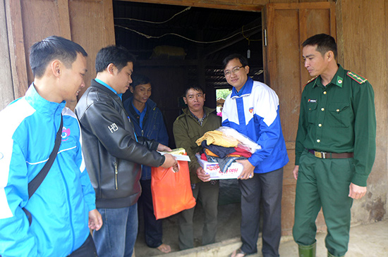 Chủ tịch Hội LHTN Việt Nam tỉnh Phan Văn Bình tặng quà cho bà con cụm dân cư Petapooc, xã Đắc Pring, huyện Nam Giang. Ảnh: MỸ LINH