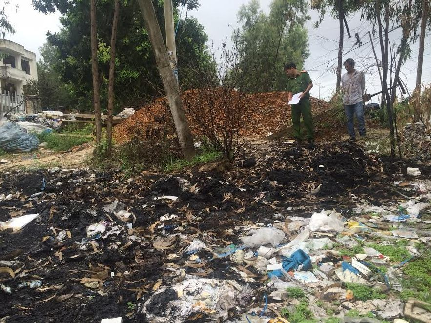 Rác thải vứt bừa bãi và đốt không đúng quy định trước khuôn viên của 2 cơ sở tái chế phế liệu.