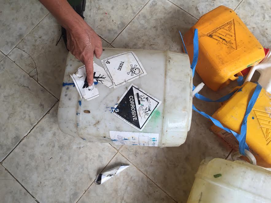 Những can nhựa chứa hóa chất có ký hiệu nguy hiểm vẫn được thu gom, tái chế.