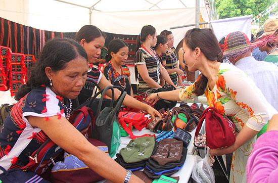 Các sản phẩm dệt thổ cẩm Cơ Tu - Za Ra được bày bán tại lễ hội vùng cao Nam Giang. nh: ALĂNG NGƯỚC
