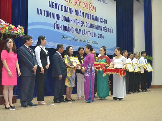"""Lễ trao tặng """"Doanh nghiệp, doanh nhân tiêu biểu Quảng Nam"""" lần thứ 2. Ảnh: N.P"""
