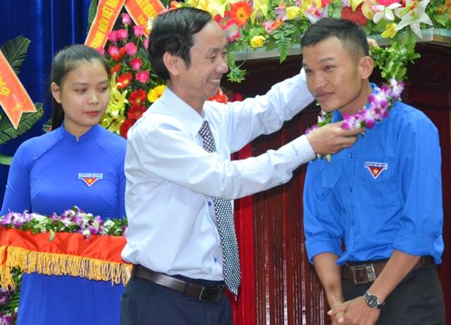 Phó Chủ tịch HĐND tỉnh Võ Hồng trao vòng hoa tuyên dương gương thanh niên tiêu biểu. Ảnh: PHAN TUẤN